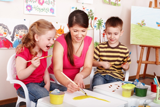 Pedagogisch medewerkster aan het werk met 2 kinderen.